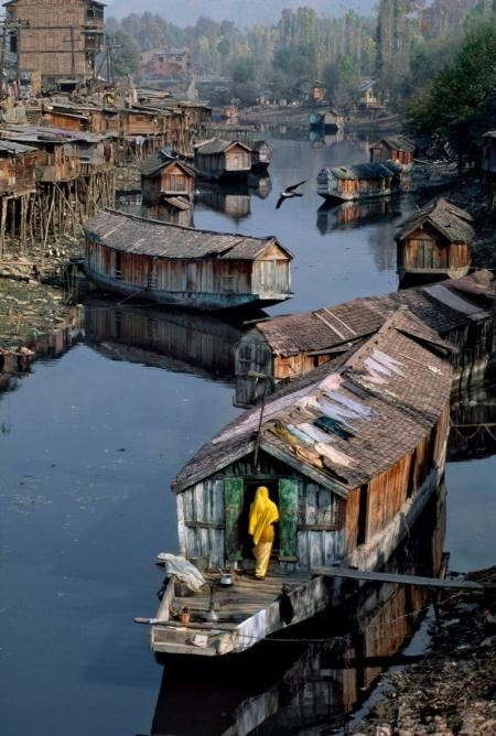 Steve McCurry, HOUSEBOAT, KASHMIR, 1996