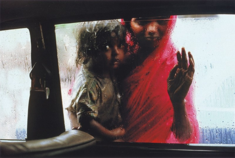 Steve McCurry, MOTHER AND CHILD AT CAR WINDOW, BOMBAY, INDIA, 1993