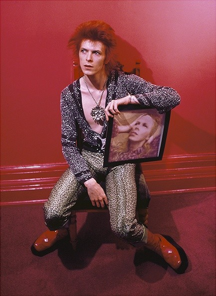 Mick Rock, DAVID BOWIE WITH HUNKY DORY ALBUM COVER, HADDON HALL, UK, 1973