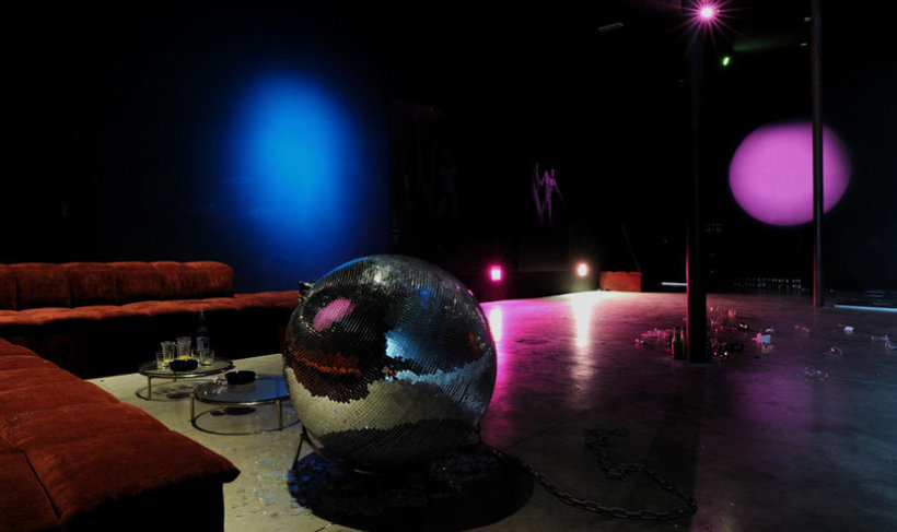 <p>(Un)Lucky Strike, 2008<br /><i>Sofa, disco ball, 2 glass tables, 80 x 360 x 367 cm 31.5 x 141.7 x 12.4 in</i></p>