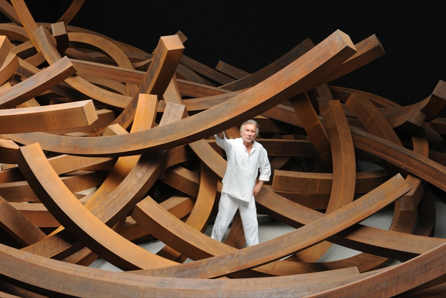 with Effondrement of Arcs: 200 tons in his studio in the south of France
