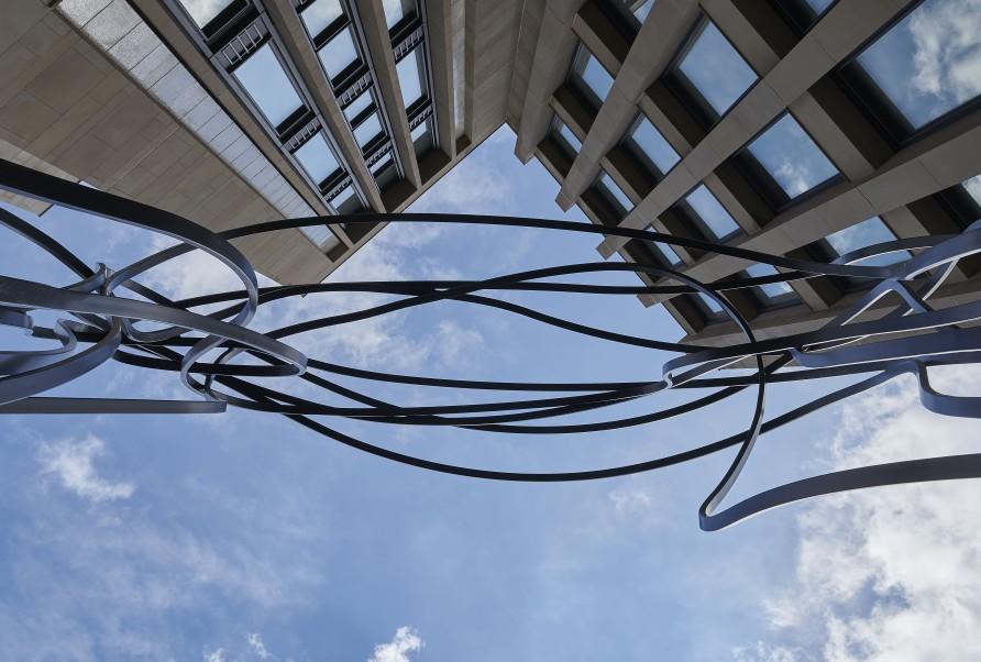 Pablo Reinoso unveils monumental sculpture in Holborn, London