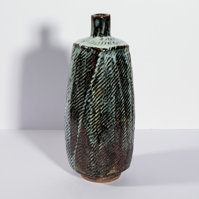 Dark paddled bottle with lines