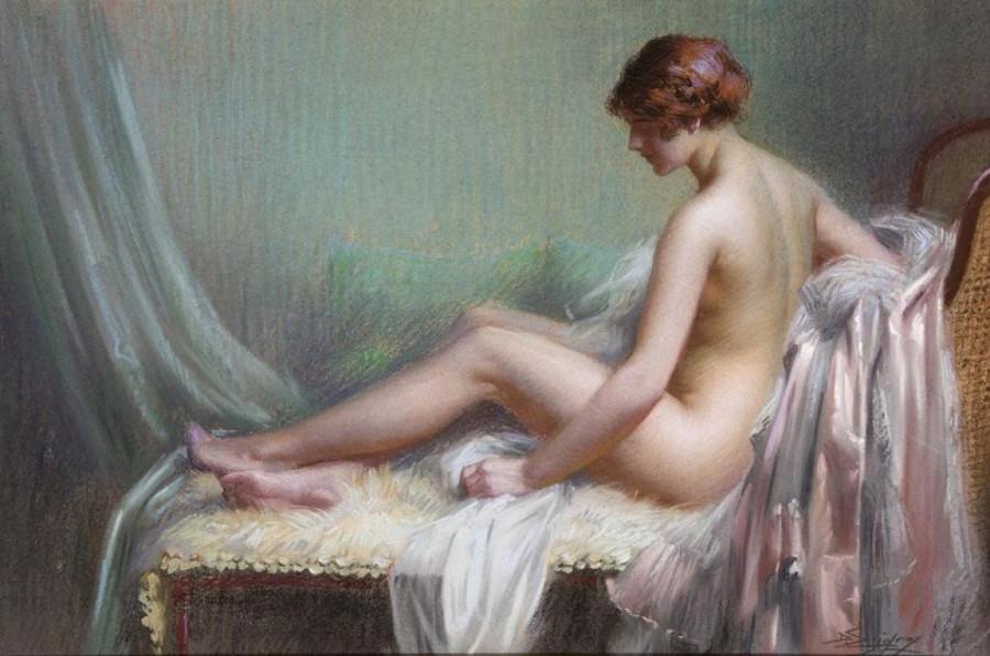 Femme nue allongee sur son canape