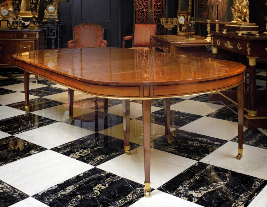 A Louis XVI dining table with 6 leaves
