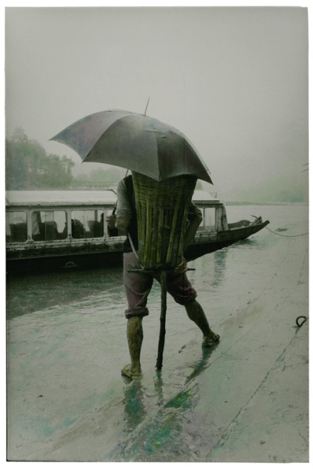 齐鸿 《雨中的背夫》  Qi Hong Backpacker in the Rain  1994