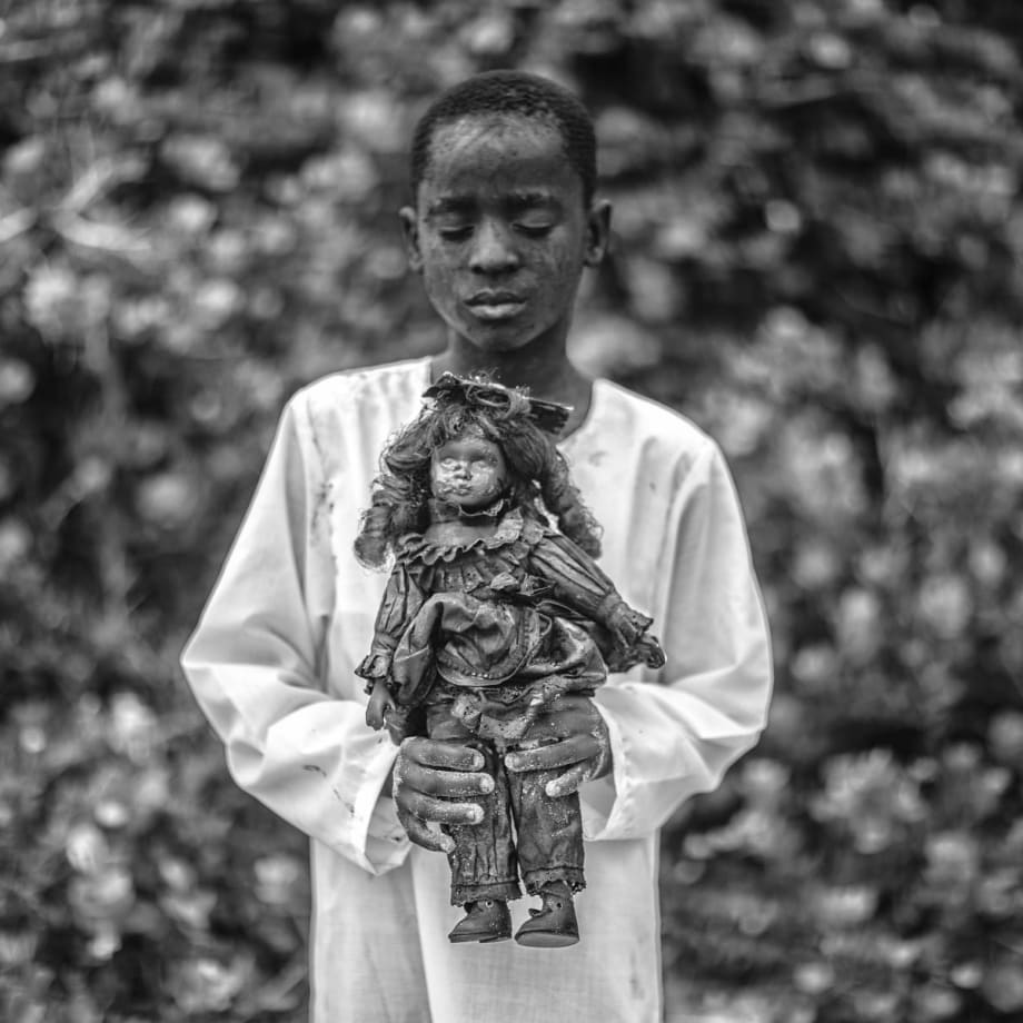 Mario Macilau, A boy with a toy (faith series), 2018