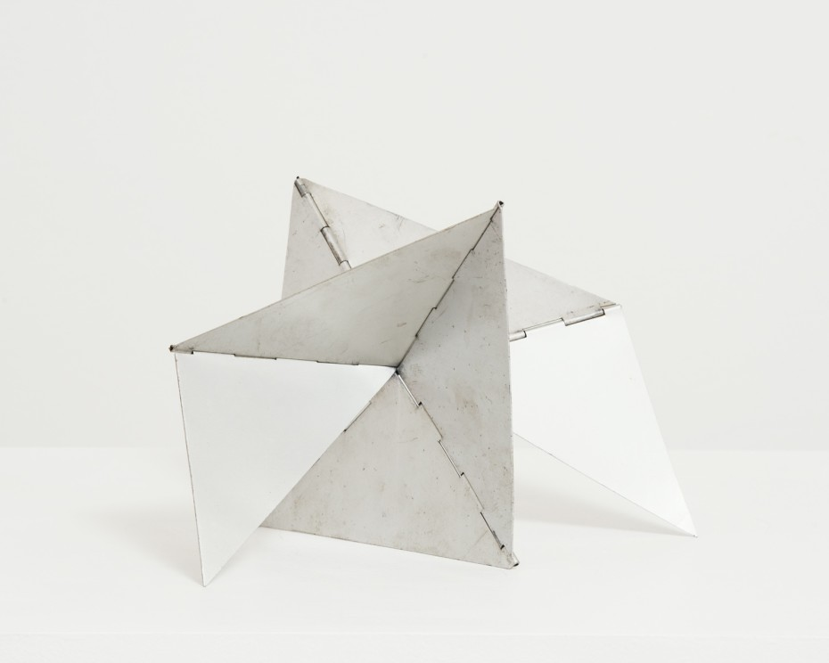 <div class=&#34;artist&#34;><strong>Lygia Clark</strong></div><div class=&#34;title_and_year&#34;><em>Bicho Caranguejo</em>, 1959</div><div class=&#34;medium&#34;>Aluminium</div><div class=&#34;dimensions&#34;>Current configuration: <br/>22.5 x 26 x 22.5 cms / 8 7/8 x 10 1/4 x 8 7/8 ins (installation dimensions variable)</div><div class=&#34;edition_details&#34;>Unique Maquette</div>