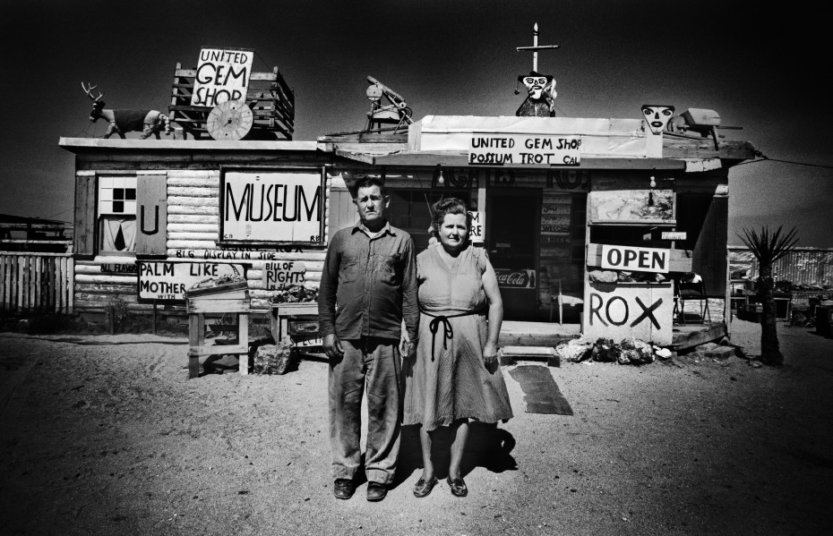 Ed van der Elsken Call and Ruby Black in front of their museum, Mojave Desert, USA, 1960 silver gelatin print, analogue barite print on Ilford neutral tone paper Paper: 50 x 60 cm