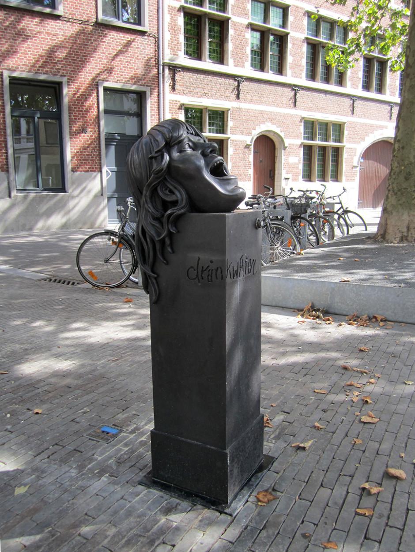 Spuckschluckbrunnen acqua di hecki - aus mir in für Dich, 2013.  Photo courtesy Tim van Laere Gallery.